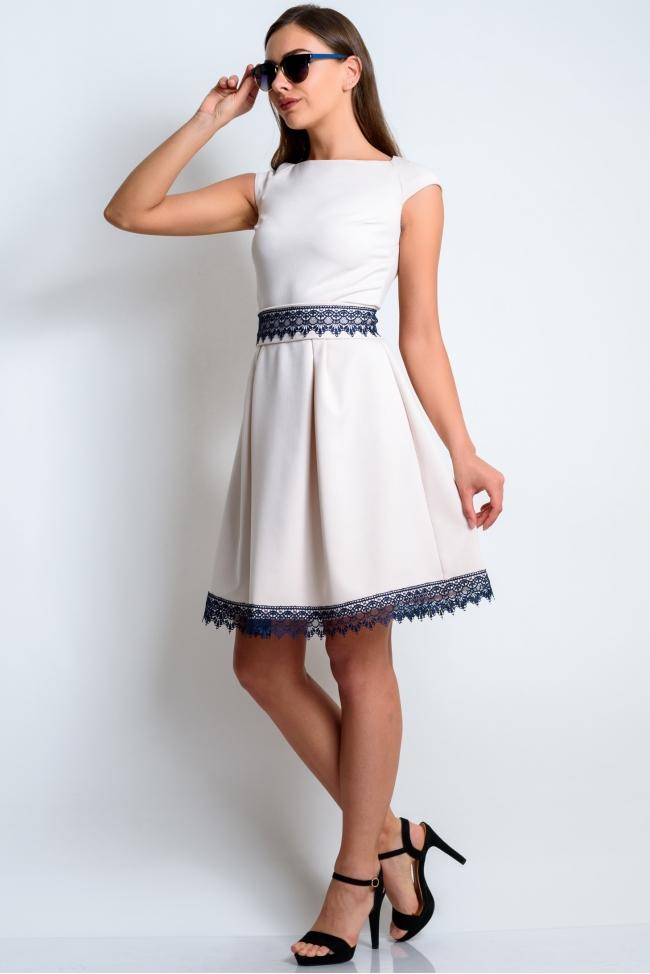 Платье бежевое с синим кружевом