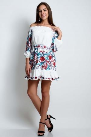 Платье с открытыми плечами белое